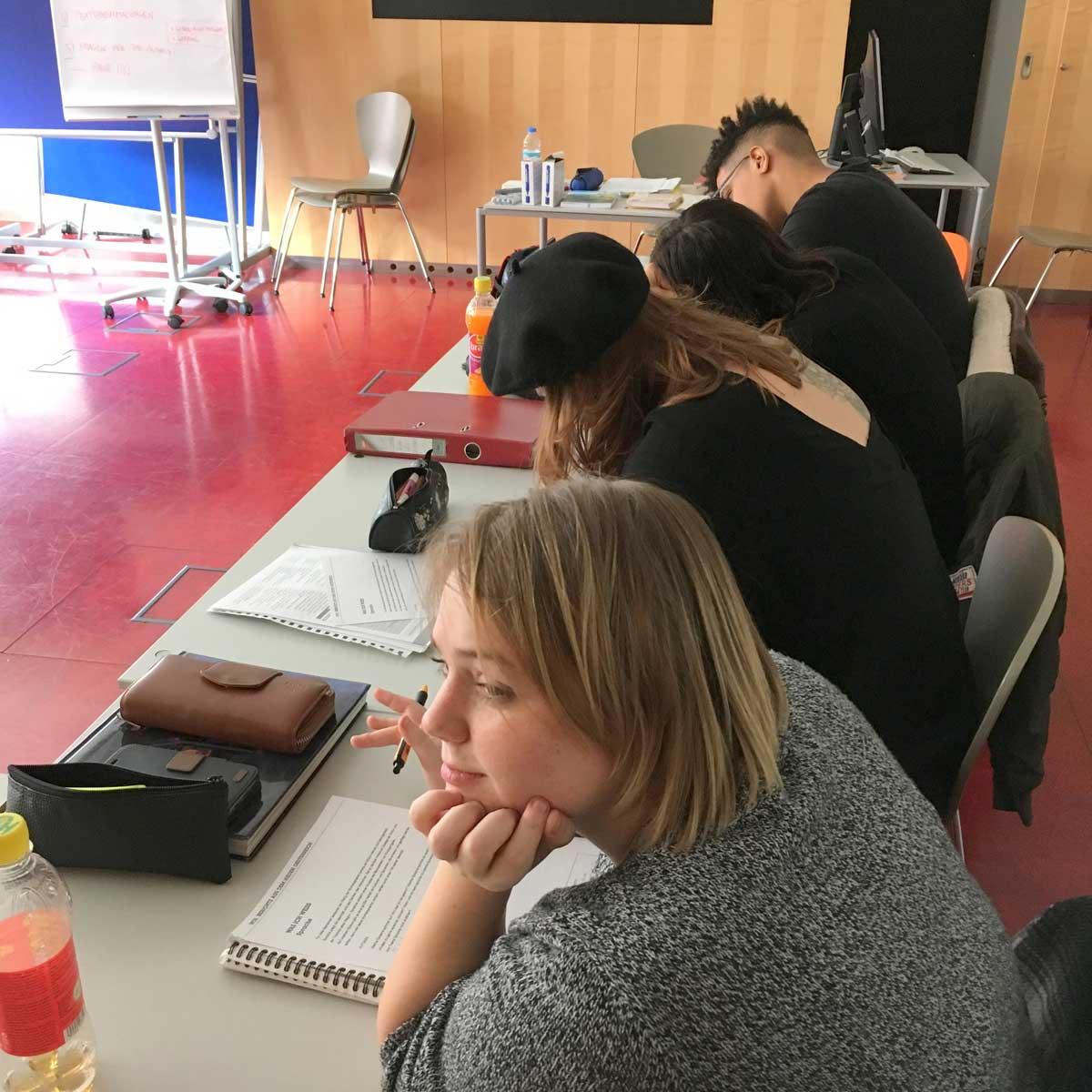 Lehrlinge der Berufsschule für Frisur, Maske und Perücke